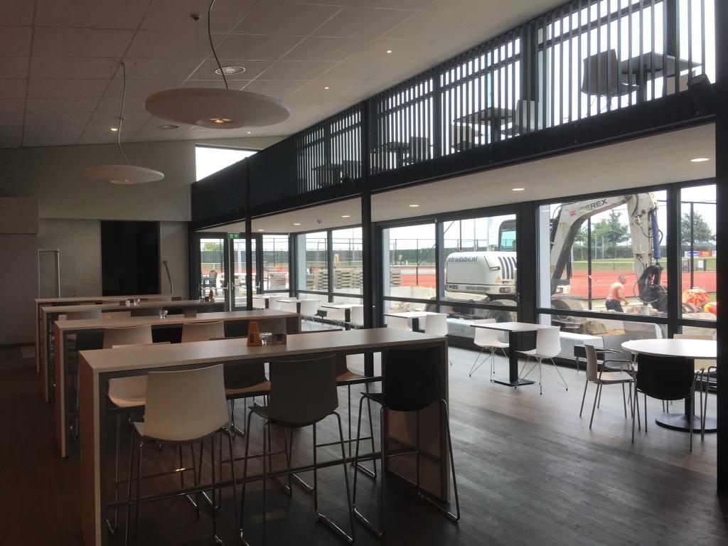 nieuwe horecaruimte met entresol en in aanleg zijnde buitenplein en terras
